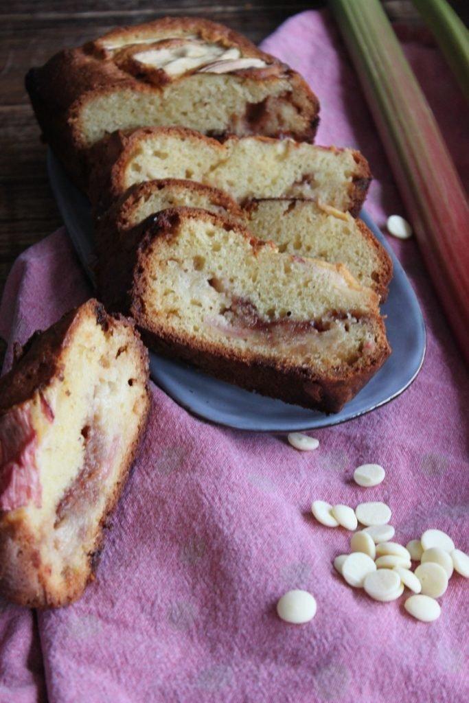 Rabarbercake met witte chocolade en aardbeien - Rabarber recept - Foodblog Foodinista