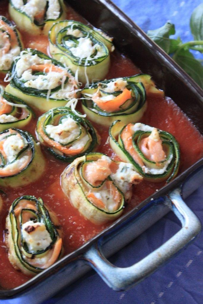 Recept Ovenschotel met courgetterolletjes gevuld met zalm en ricotta in tomatensaus van Foodblog Foodinista