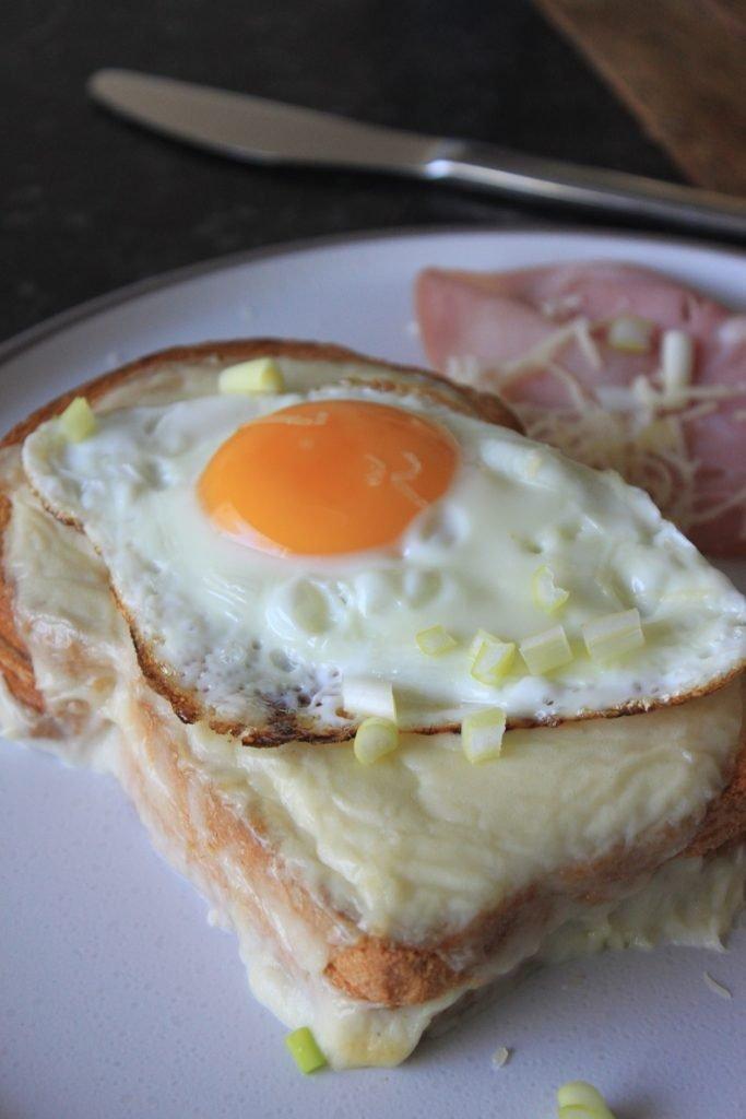 Croque Madame recept - Luxe Tosti maken met ham, kaas, bechamel en spiegelei - Recept van Foodblog Foodinista