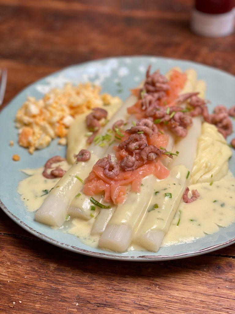 Asperges met ei, zalm en Hollandse garnaaltjes recept van Foodblog Foodinista