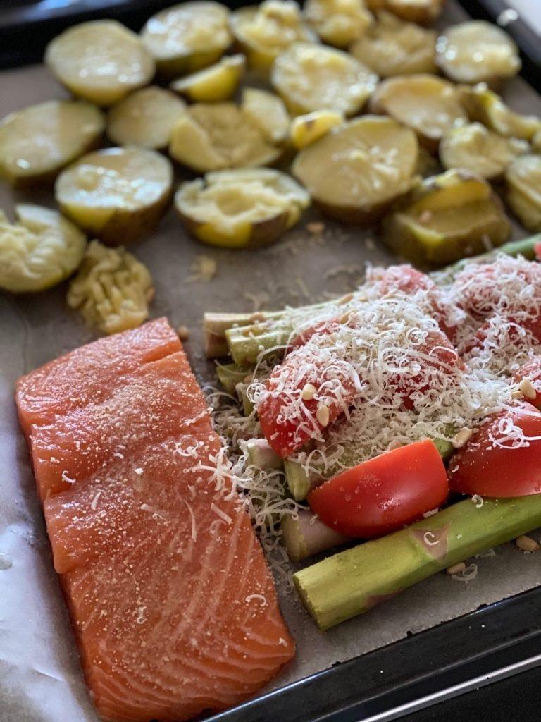 Simpel gerecht zalm, aardappeltjes en gegrilde asperges op de bakplaat