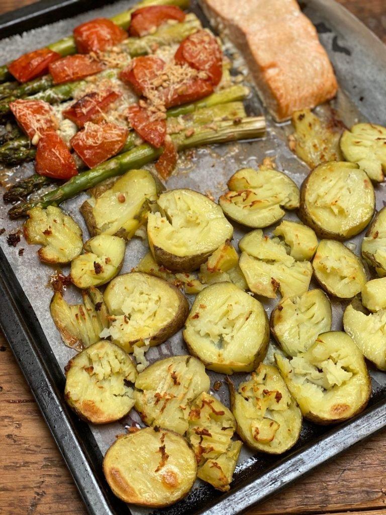 Recept zalm, aardappeltjes en gegrilde asperges op de bakplaat
