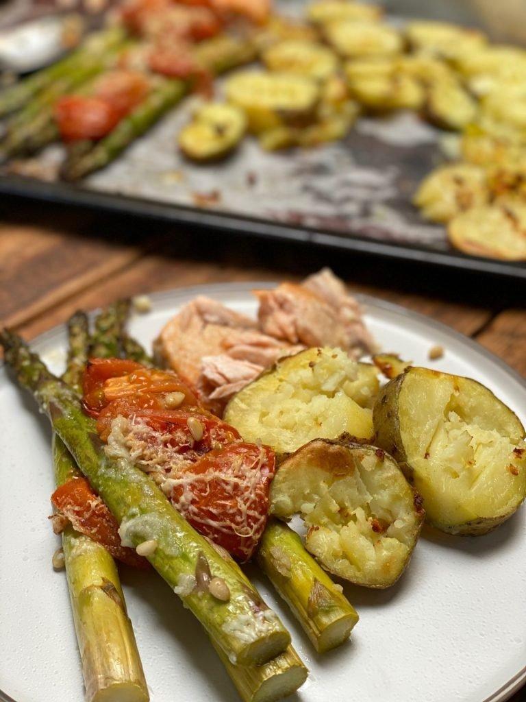 ovenplaat recept zalm, knoflookaardappeltjes en groene asperges met parmezaan