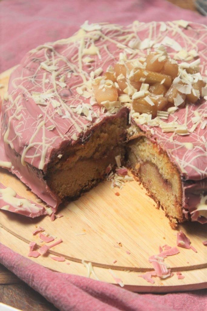 Taart recept voor rabarbertaart met ricotta, ruby chocolade en aardbeienjam van Foodblog Foodinista