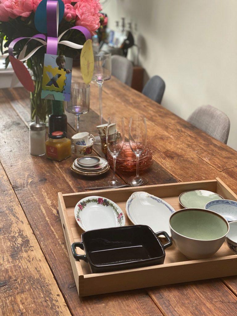 Klaar voor high tea, geknutseld boeket kinderen en pioenrozen voor Moederdag