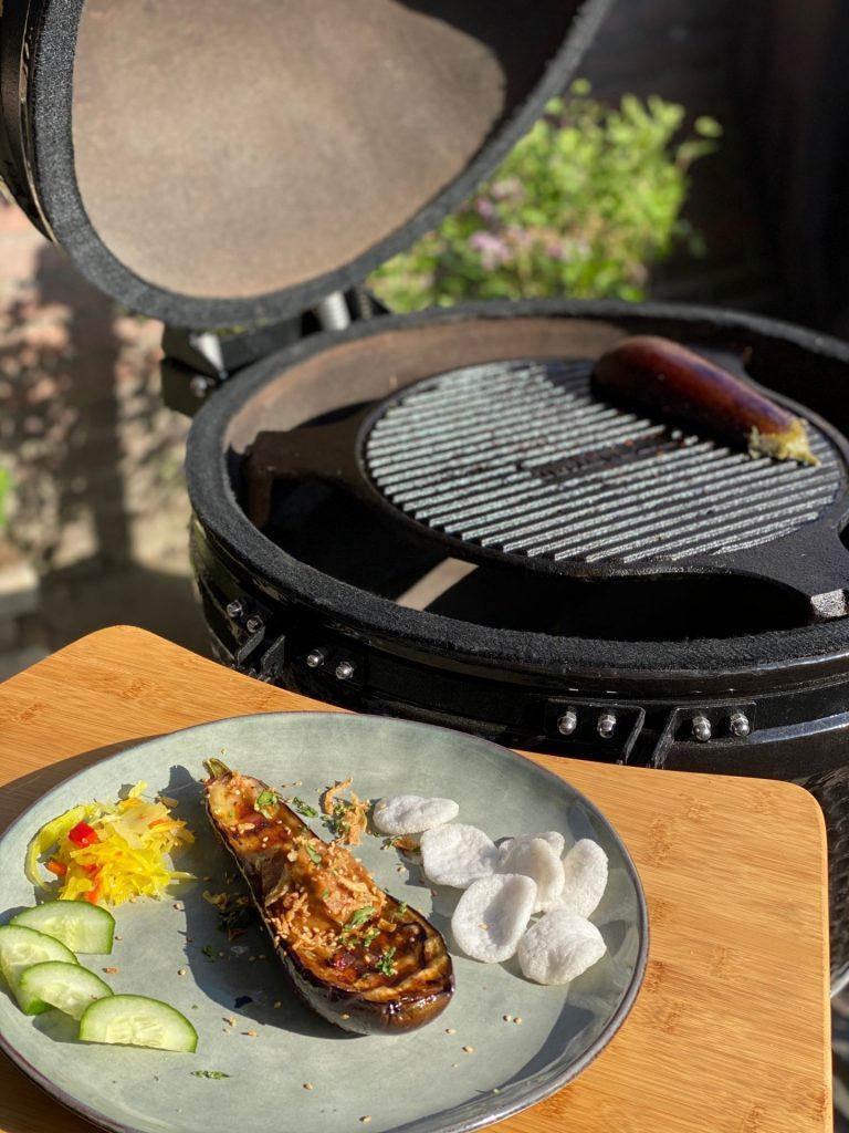 Gegrilde aubergine van de barbecue Aziatische stijl - Vegetarisch Barbecue recept - Foodblog Foodinista