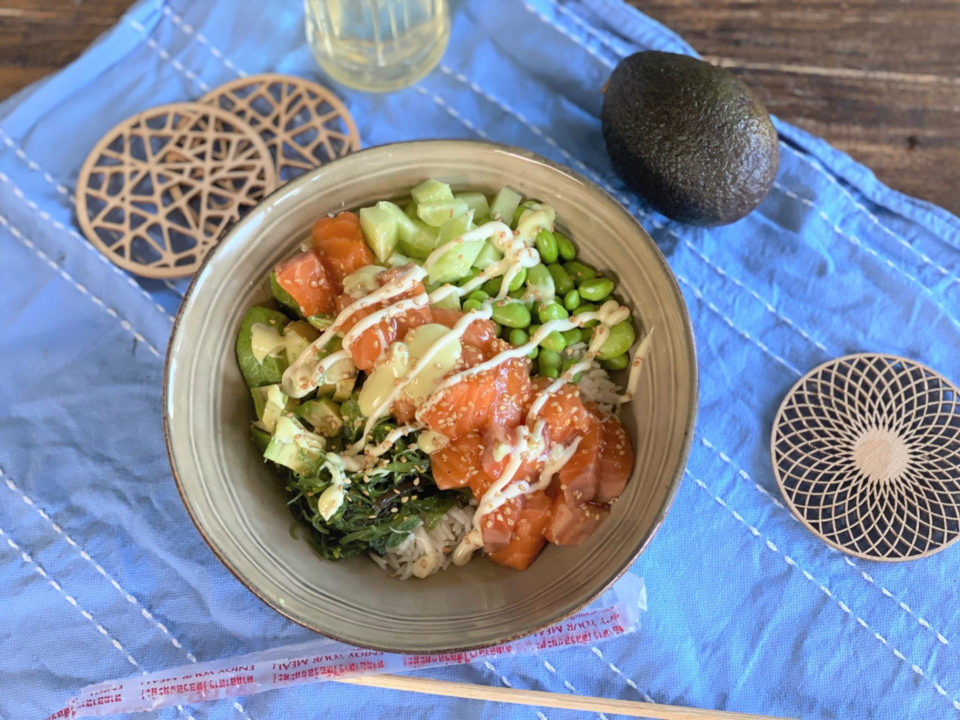 Spicy zalm poke bowl met gemengde groente - Sushi bowl recept - Foodblog Foodinista