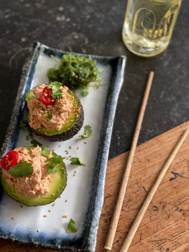 Gevulde avocado met spicy tuna salade - Pittige tonijnsalade - Foodblog Foodinista