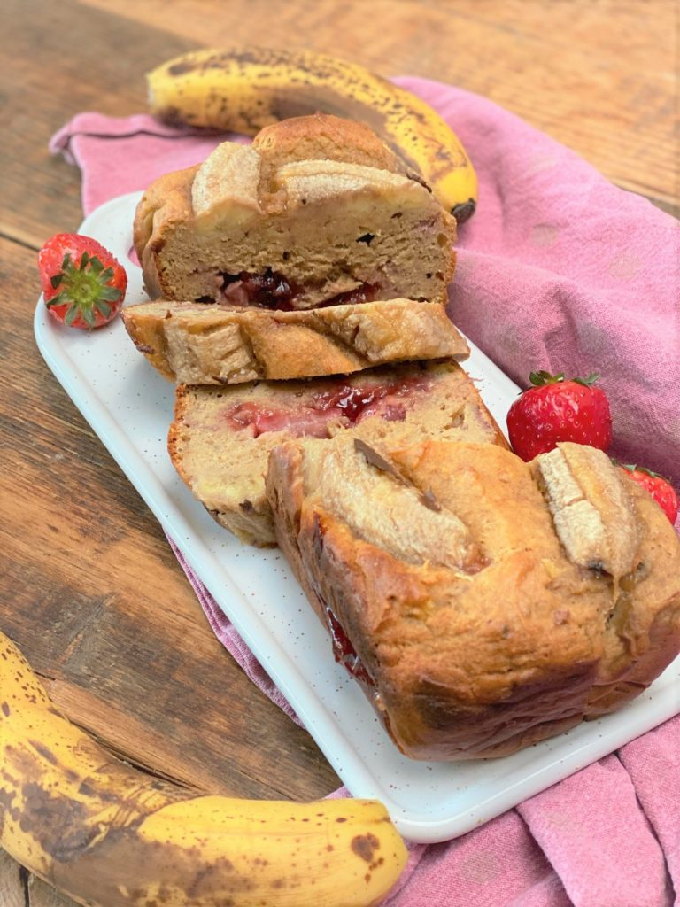 Bananenbrood met pindakaas en aardbeien - Peanut butter jelly bananenbrood recept van Foodblog Foodinista