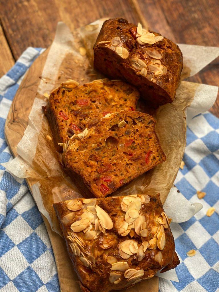 Hartige cake met chorizo, gegrilde paprika en amandelen – Aperitief cake recept - Recept van Foodblog Foodinista