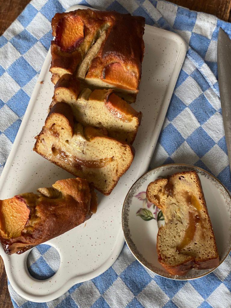 Bananenbrood met perzik - Zomers bananenbrood recept - Foodblog Foodinista