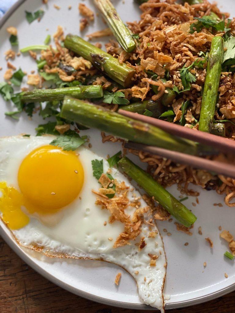 Recept Noedels met groene asperges, hoisin saus en spiegelei - Foodblog Foodinista