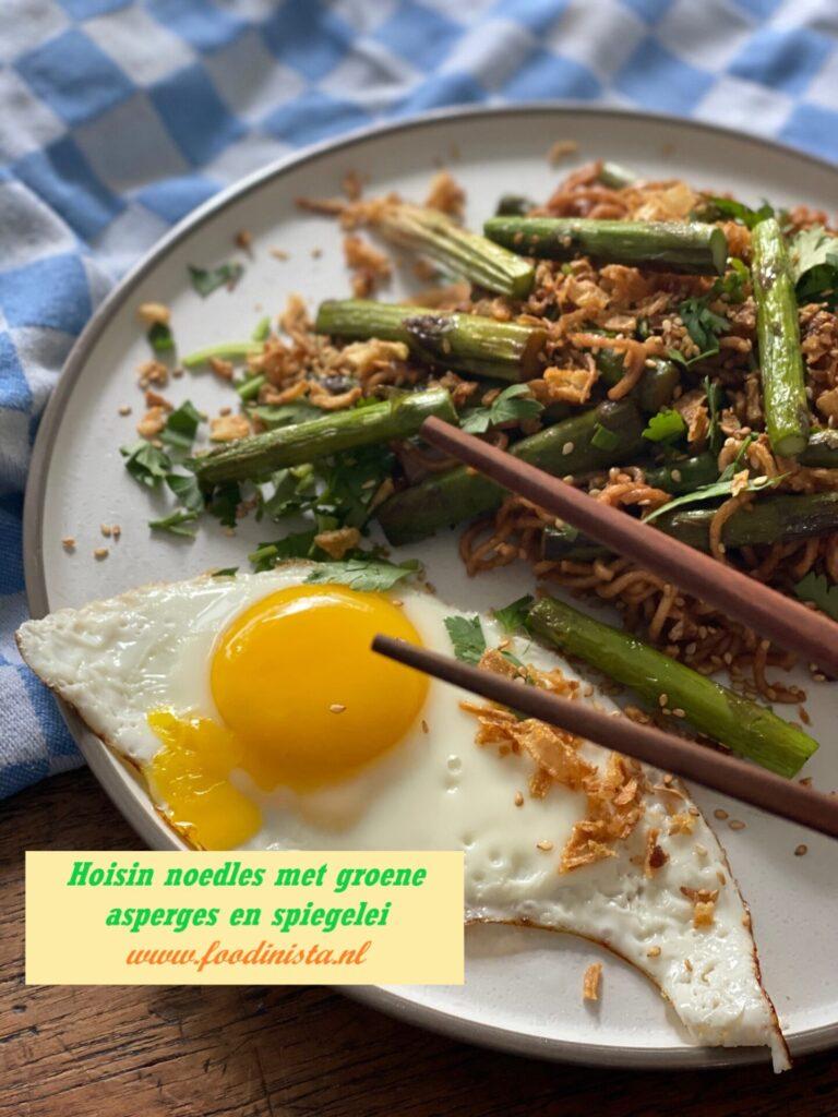 Noedels met groene asperges, hoisin saus en spiegelei