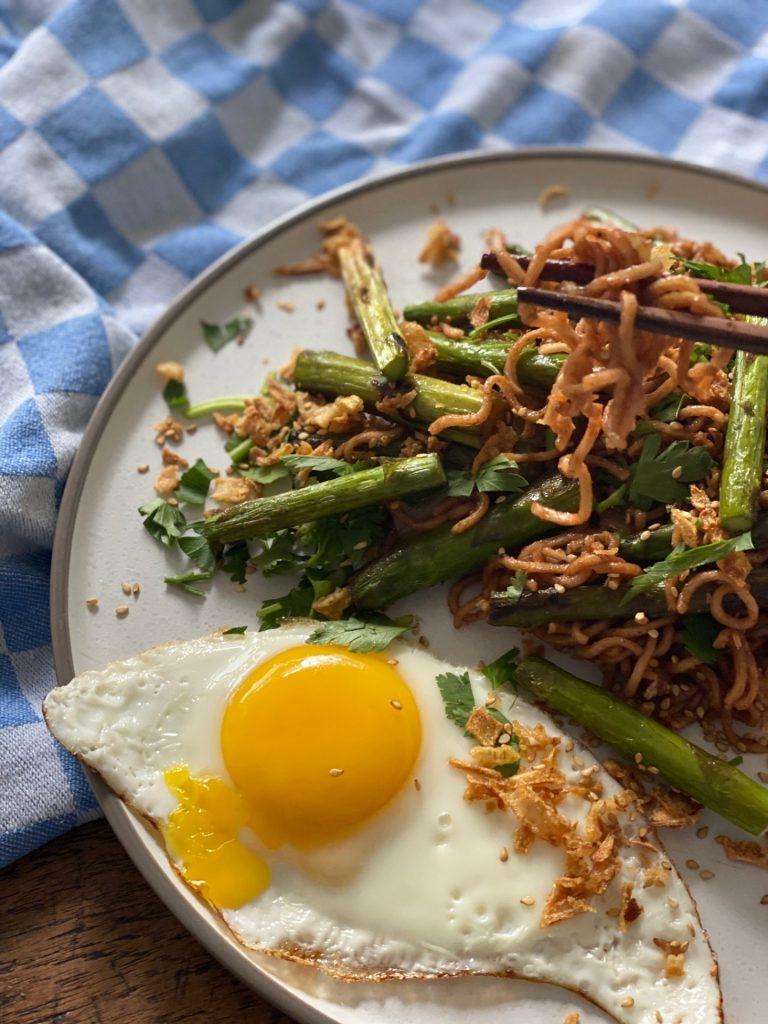 Wok recept Noedels met groene asperges, hoisin saus en spiegelei - Foodblog Foodinista