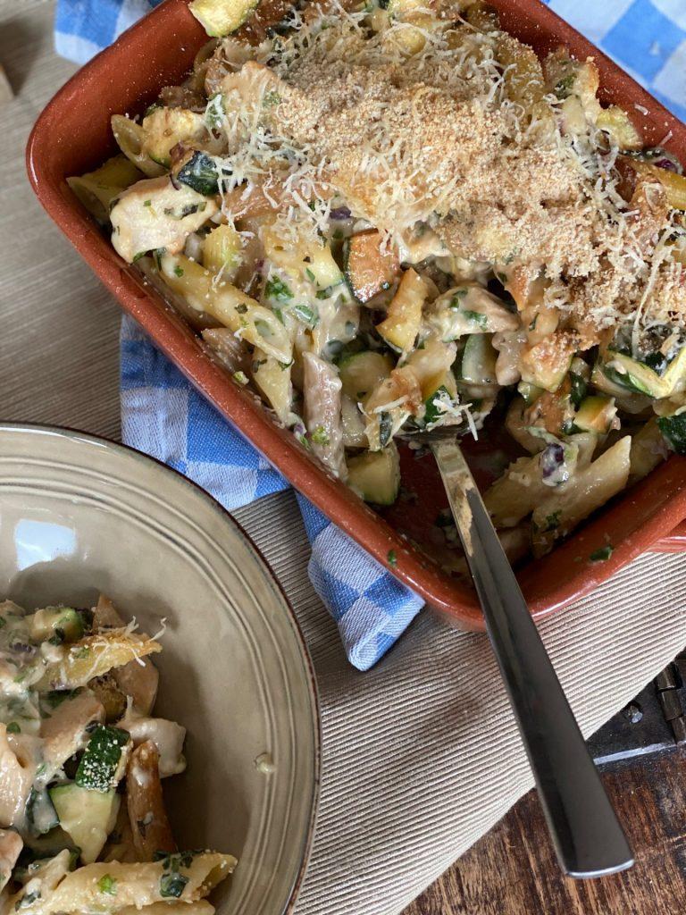 Pasta ovenschotel met kaassaus, kip en courgette van Foodblog Foodinista
