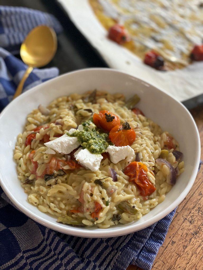 Vegetarisch Orzo recept met geitenkaas, pesto en tomaat van Foodblog Foodinista