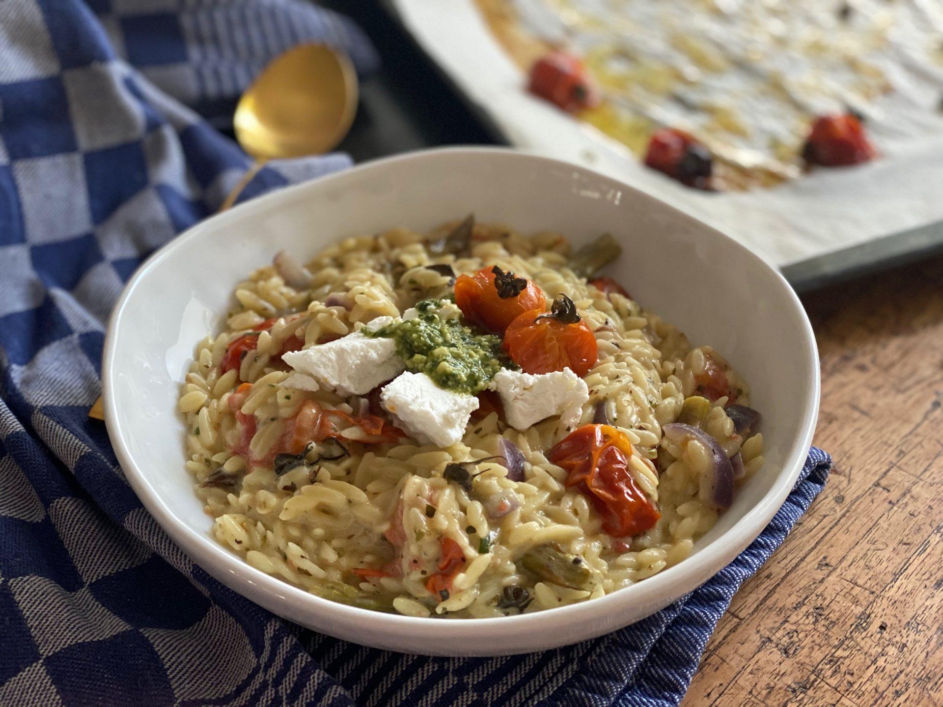 Orzotto met geitenkaas, pesto en geroosterde tomaatjes - Recept van Foodblog Foodinista