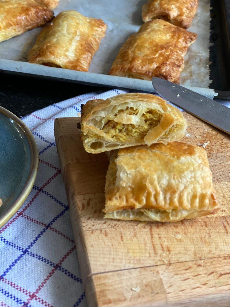 Indische Saucijzenbroodjes met kipgehakt en pittig gekruid - Recept van Foodblog Foodinista