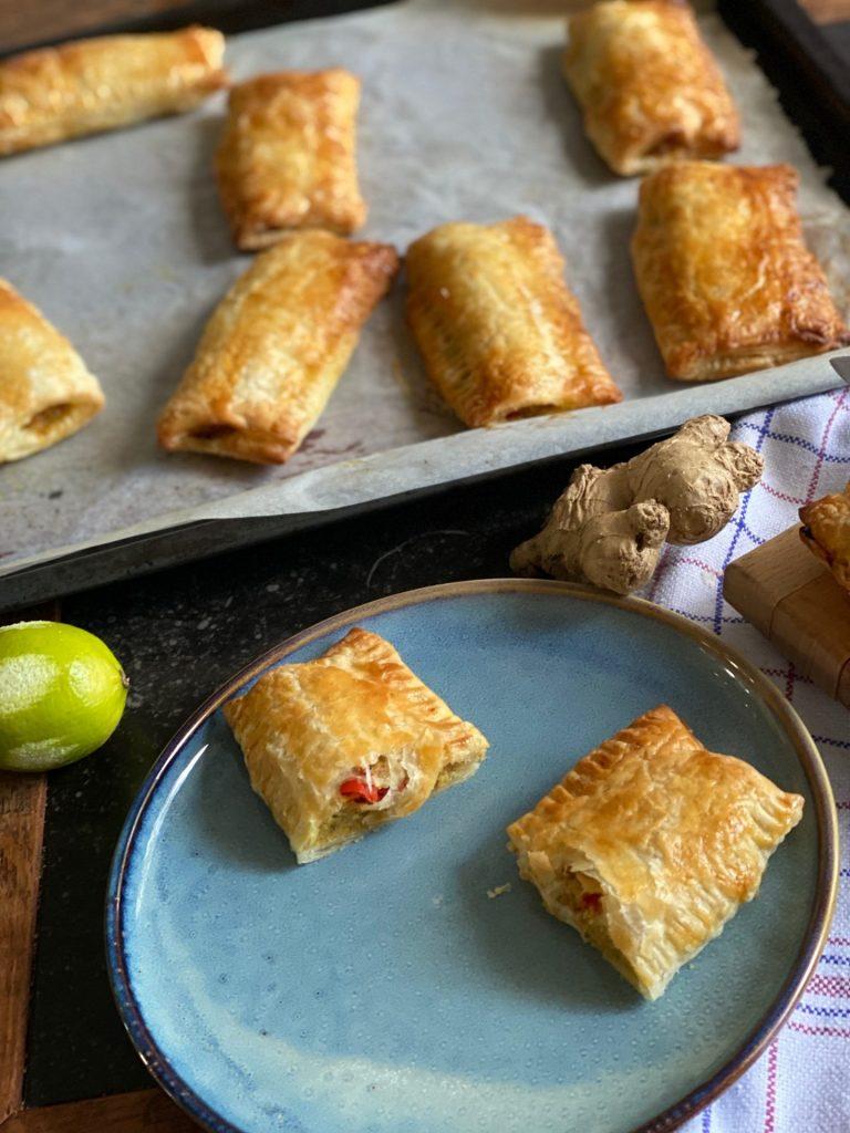 Indische Saucijzenbroodjes recept met kipgehakt en pittig gekruid - Foodblog Foodinista
