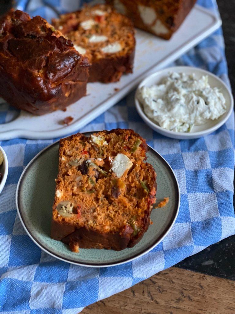 Griekse hartige cake met feta, paprika en olijven - Aperitief cake recept - Foodblog Foodinista