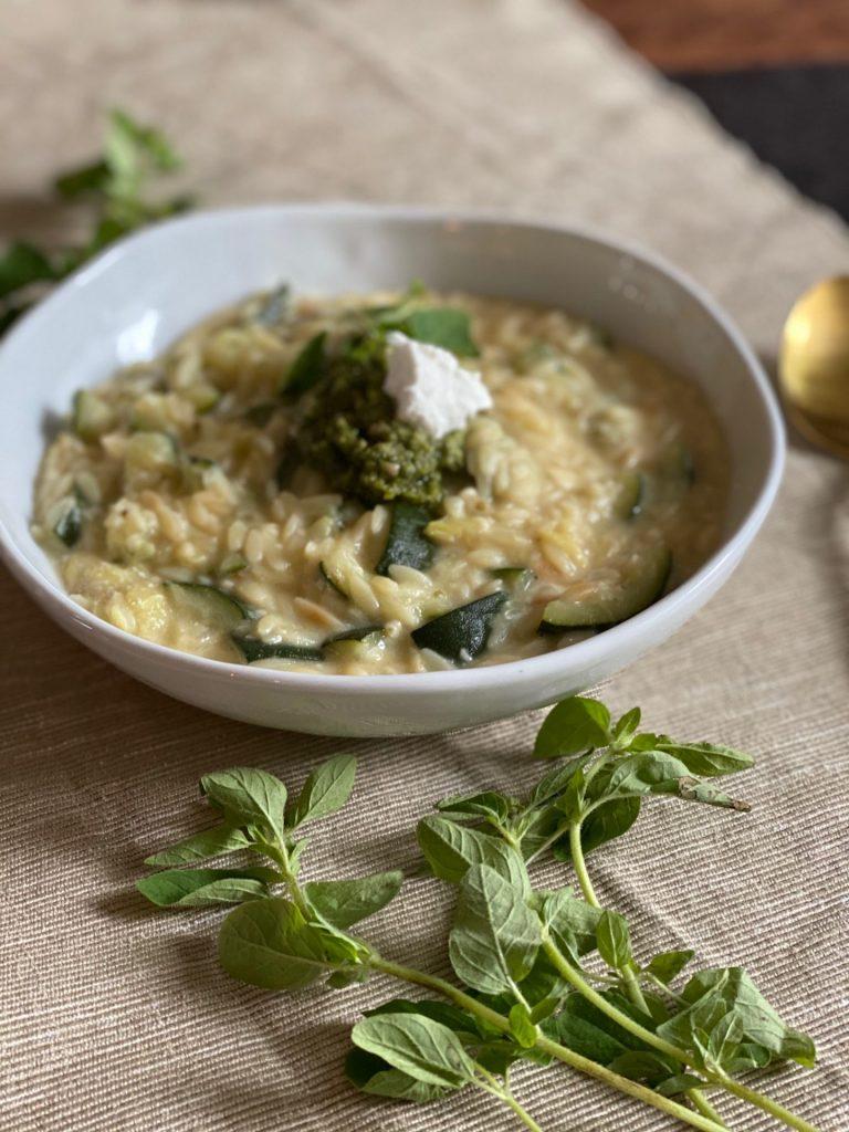 Orzotto recept met gegrilde courgette, geitenkaas en pesto van Foodblog Foodinista