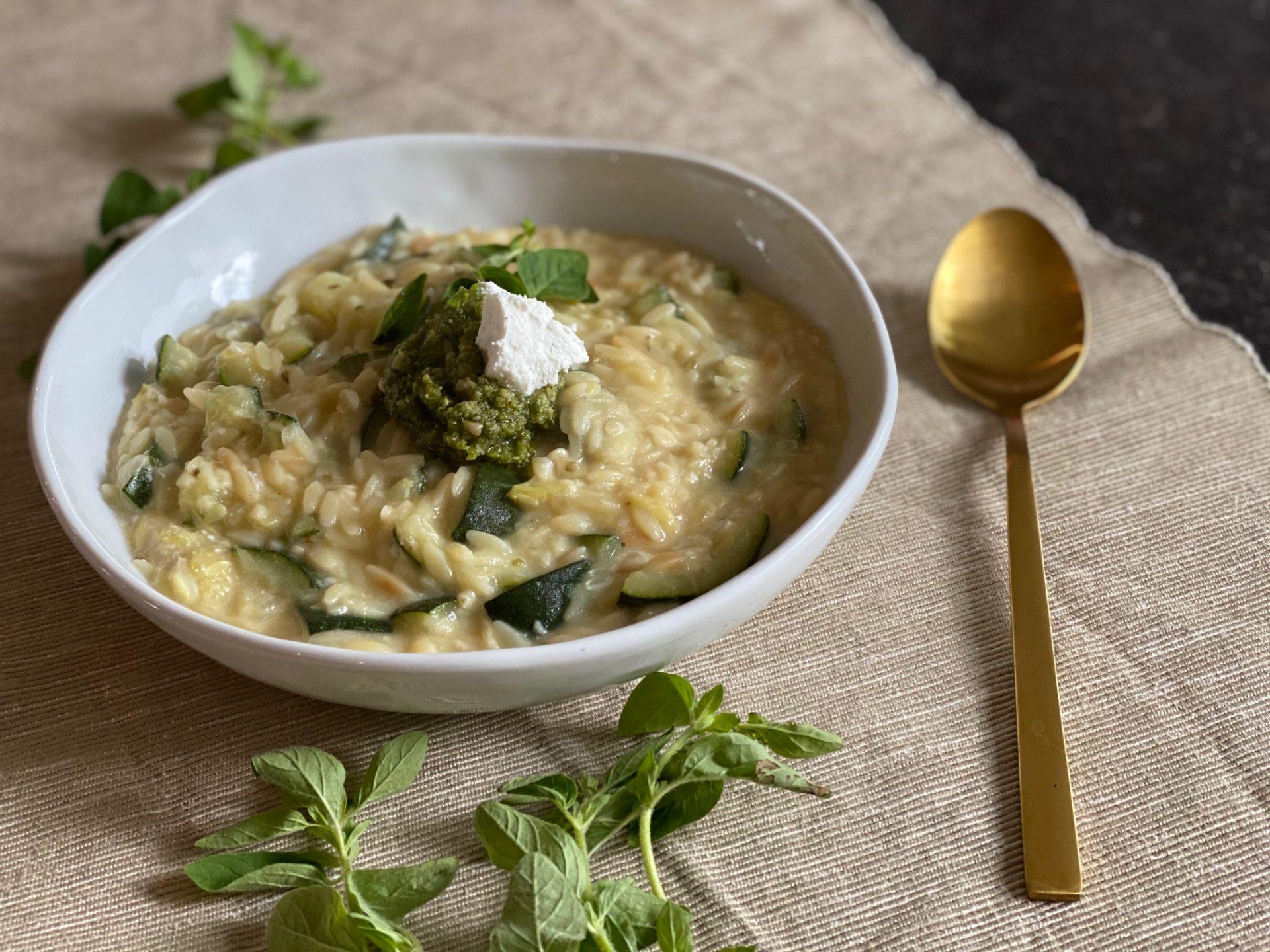Orzotto met courgette, geitenkaas en pesto - Recept van Foodblog Foodinista