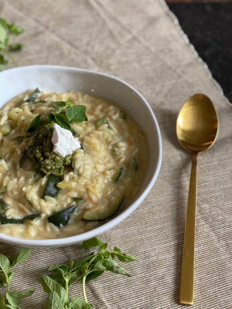 Orzo recept met gegrilde courgette, geitenkaas en pesto - Foodblog Foodinista