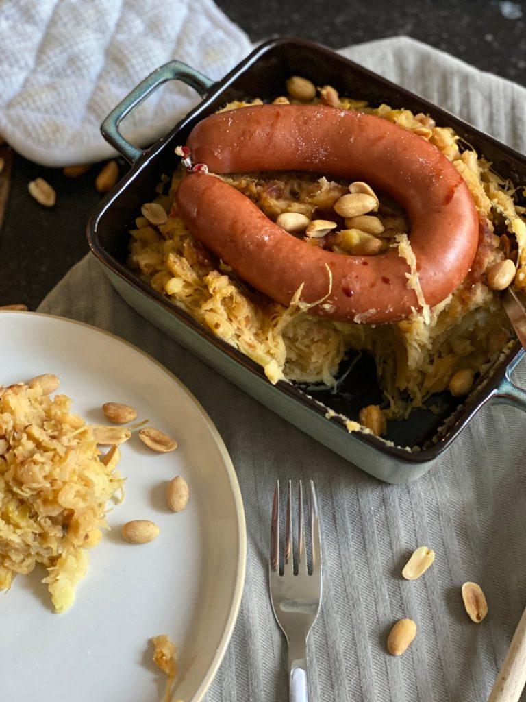 Zuurkoolstamppot recept met sambal, pinda's, ketjap en rookworst - Pittige zuurkoolstamppot - Foodblog Foodinista