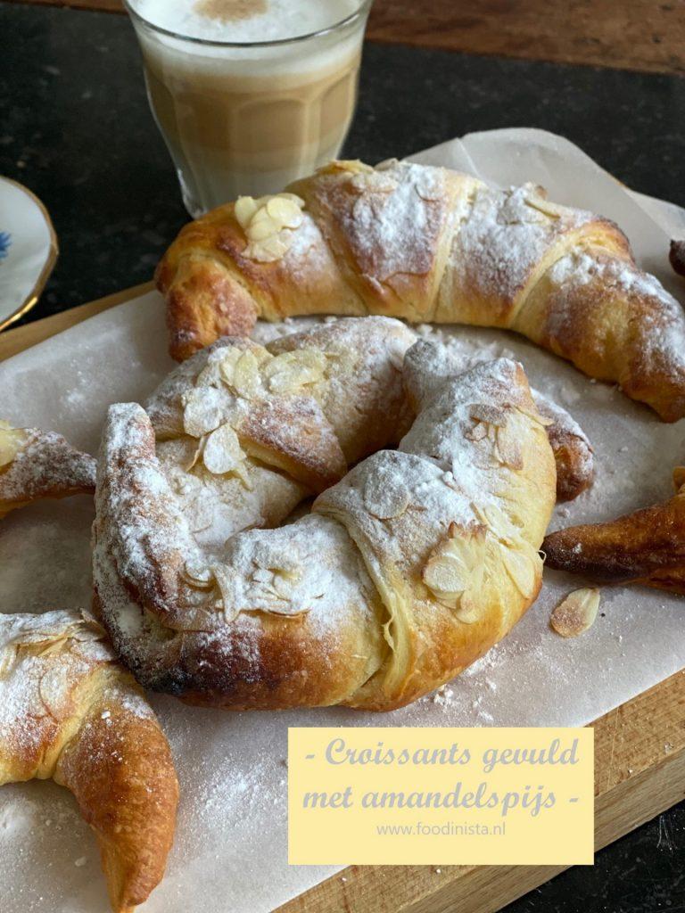 Croissants gevuld met amandelspijs - ontbijt recept van Foodblog Foodinista