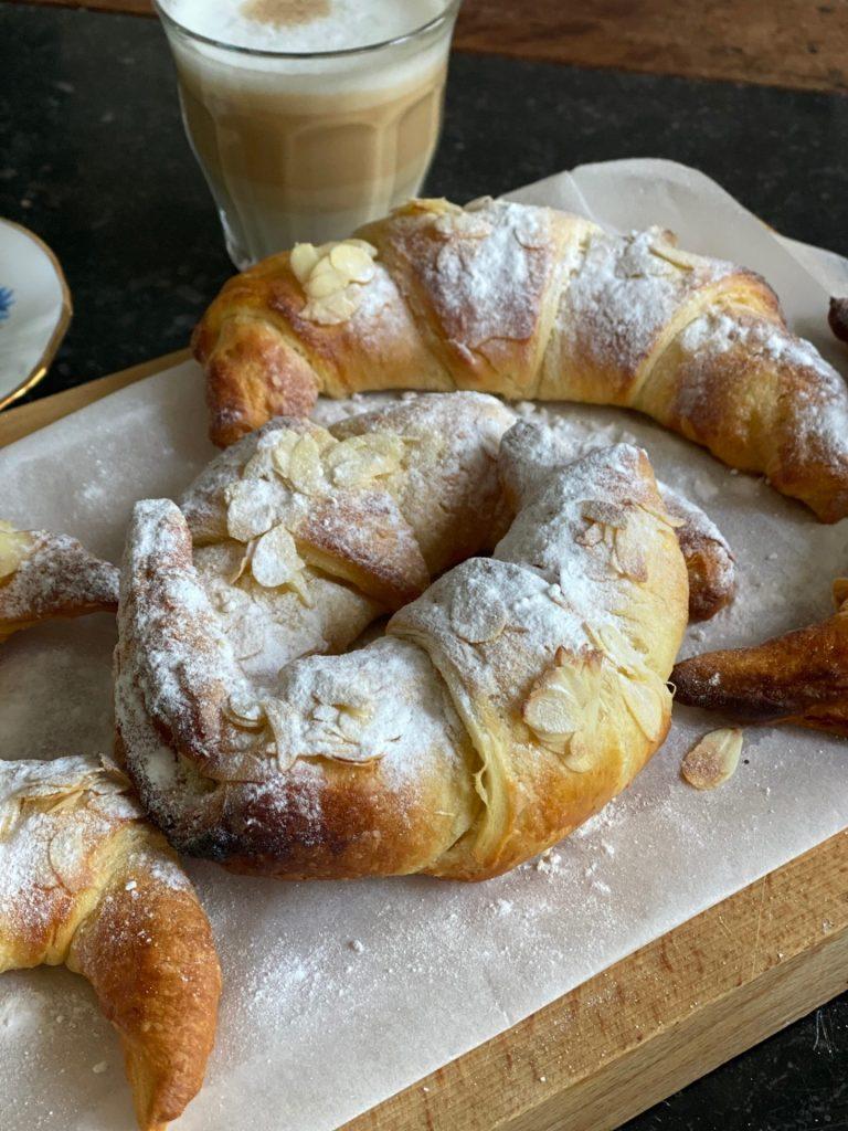 Croissants rollen met amandelspijs - Foodblog Foodinista