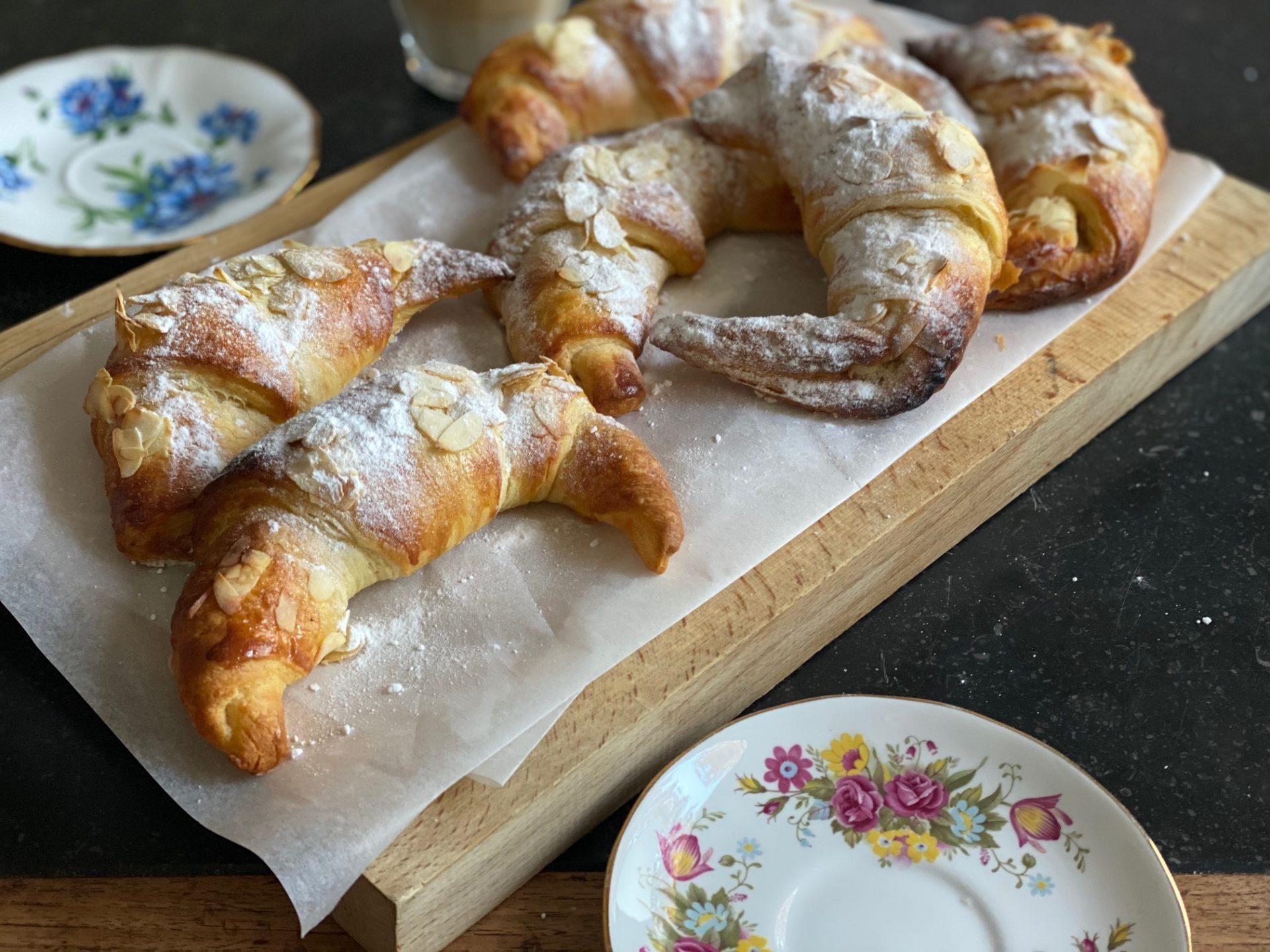Croissants gevuld met amandelspijs - Recept van Foodblog Foodinista