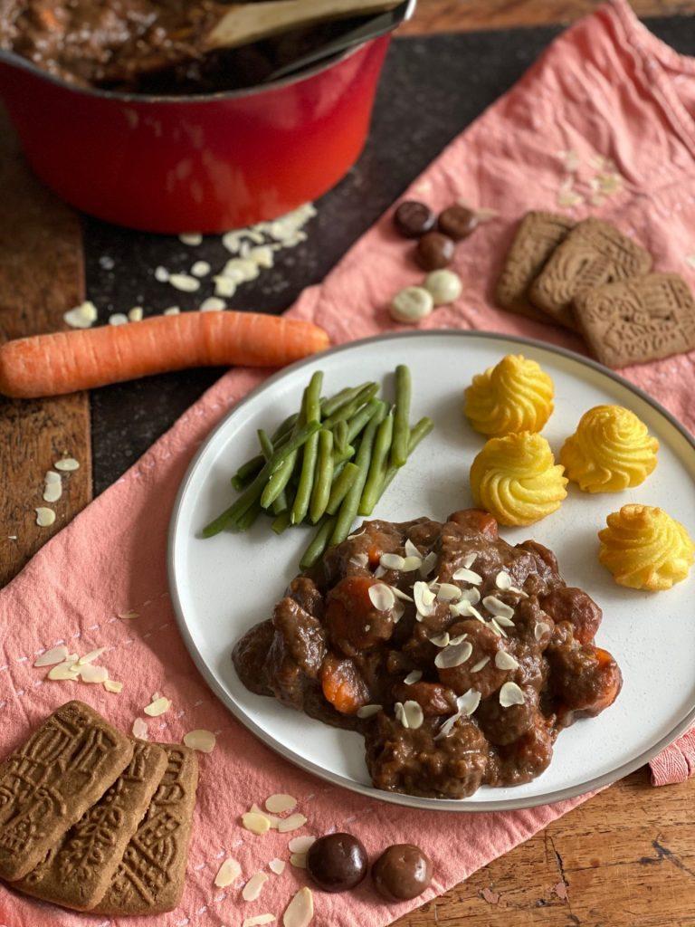 Sinterklaas rundvlees stoofpotje met speculaas, chocolade en amandelen - recept van foodblog Foodinista