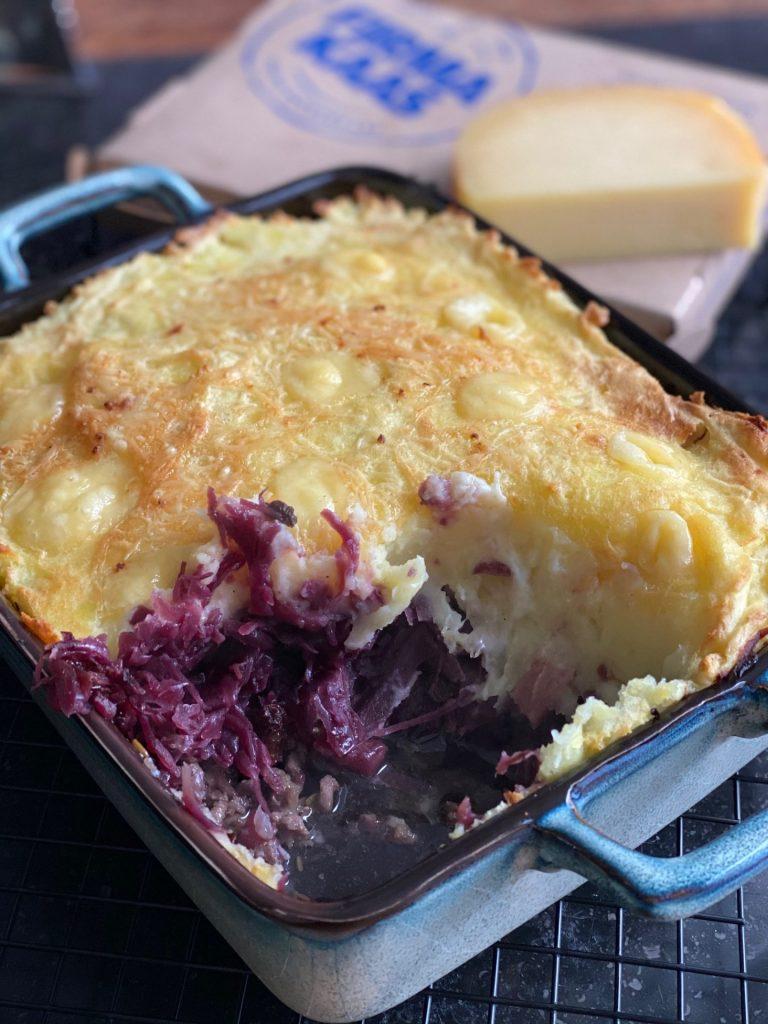 Rode kool ovenschotel met appel, gehakt en gegratineerd met verse boerenkaas van Firma Kaas - Recept van Foodblog Foodinista