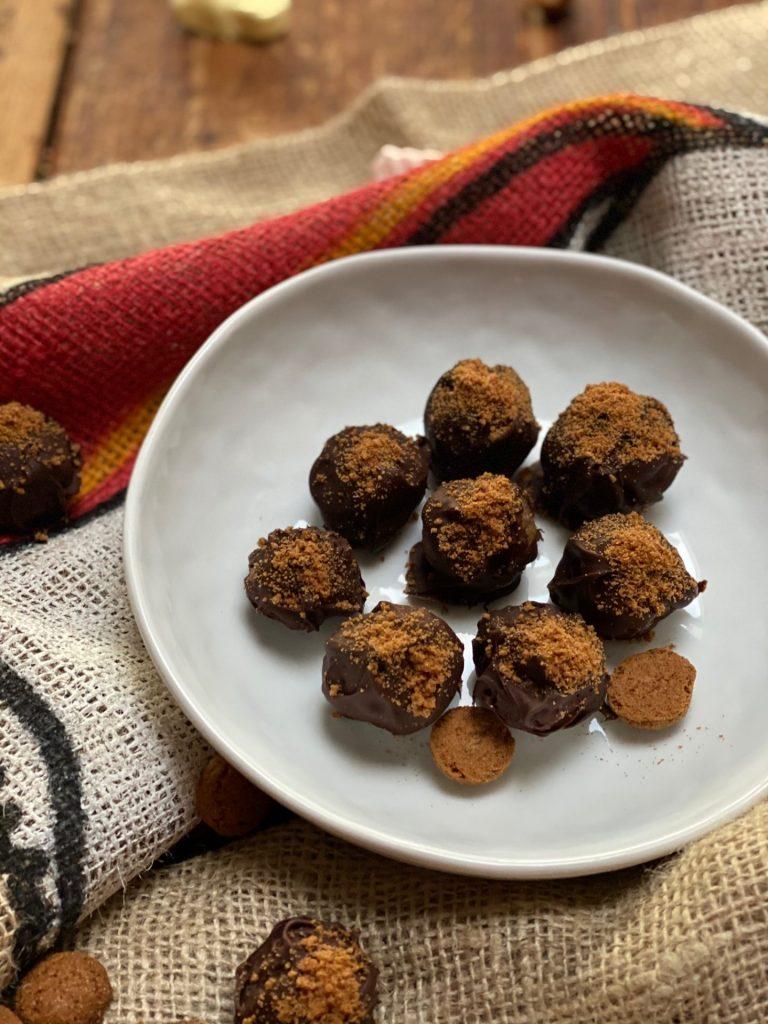 Chocolade amandelspijs truffels met speculaas - Simpel en leuk om te maken