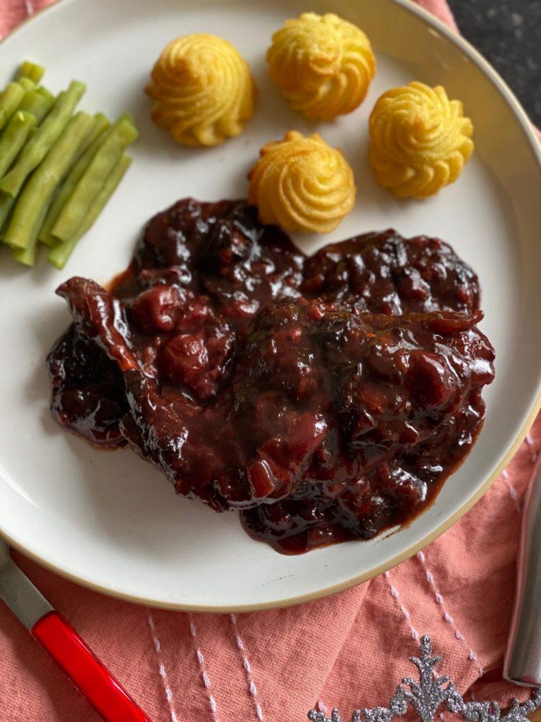 Konijn in kersensaus met rode vruchten - Foodblog Foodinista