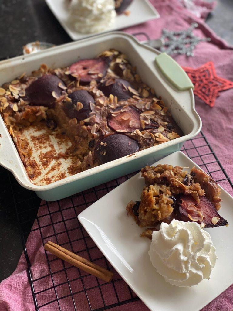 Kerst broodpudding met kerstbrood en stoofpeertjes in rode wijn - Recept van Foodblog Foodinista