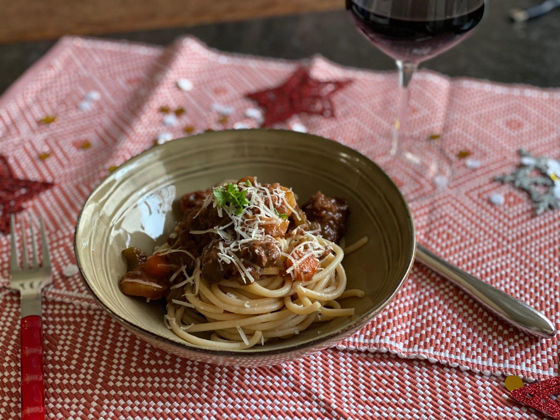 Italiaanse wild zwijn ragout met pici of aardappelpuree - Foodblog Foodinista