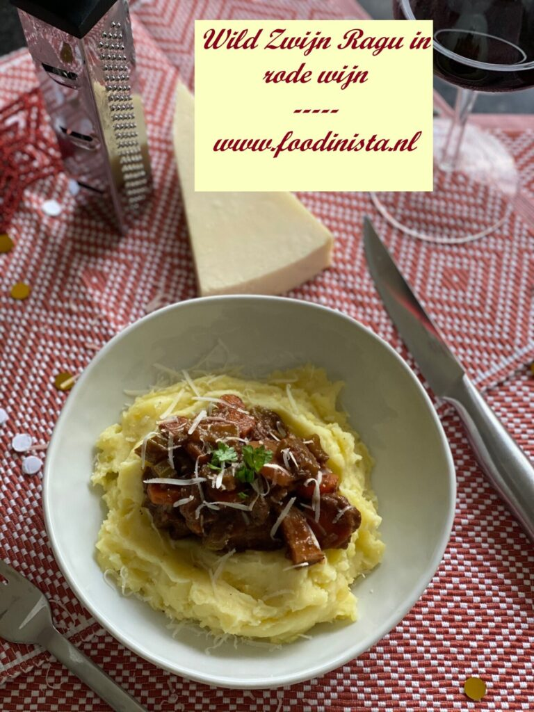Italiaanse wild zwijn ragout met pici of aardappelpuree