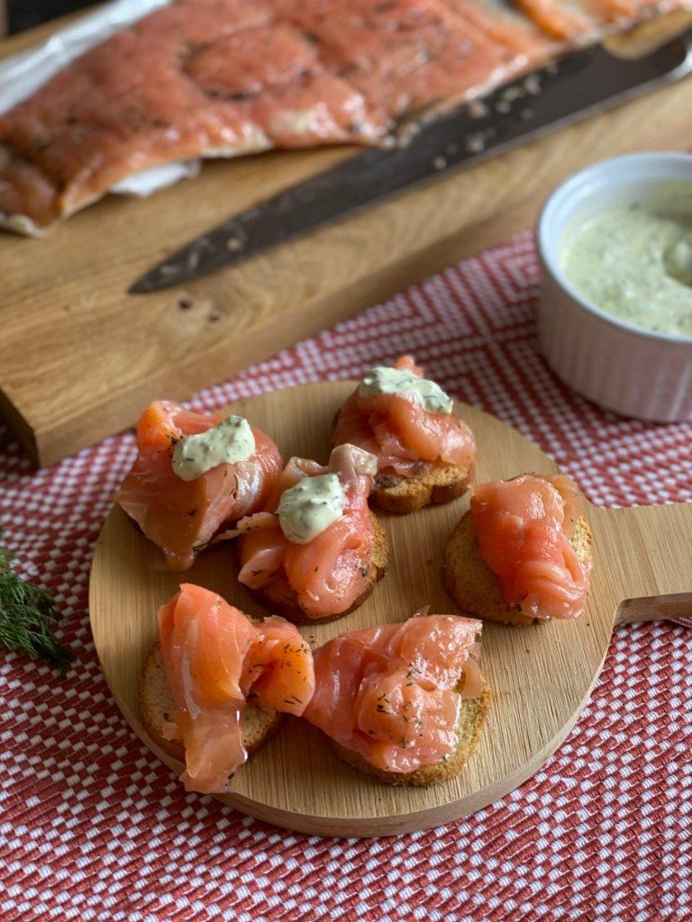 Gravad lax maken met frisse kruiden en dille mosterd creme - Zalm recept van Foodblog Foodinista