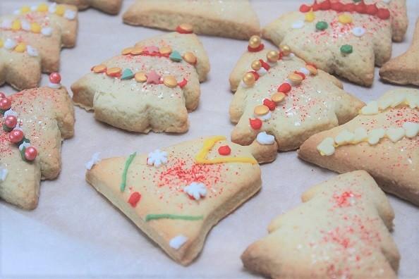 Kerstkoekjes met vanille en kaneel versieren - Kunstwerkjes maken in de keuken - Foodblog Foodinista