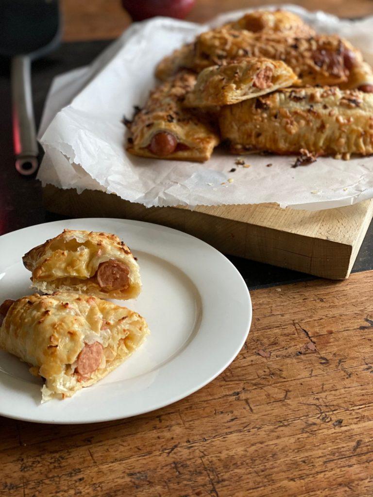 Snack broodjes bakken met hot dog worstjes - Recept van Foodblog Foodinista