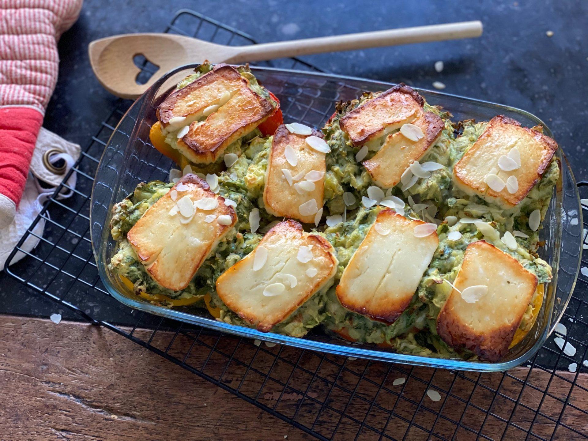 Stamppot Andijvie ovenschotel met gevulde paprika en halloumi - Stamppot recept van Foodblog Foodinista