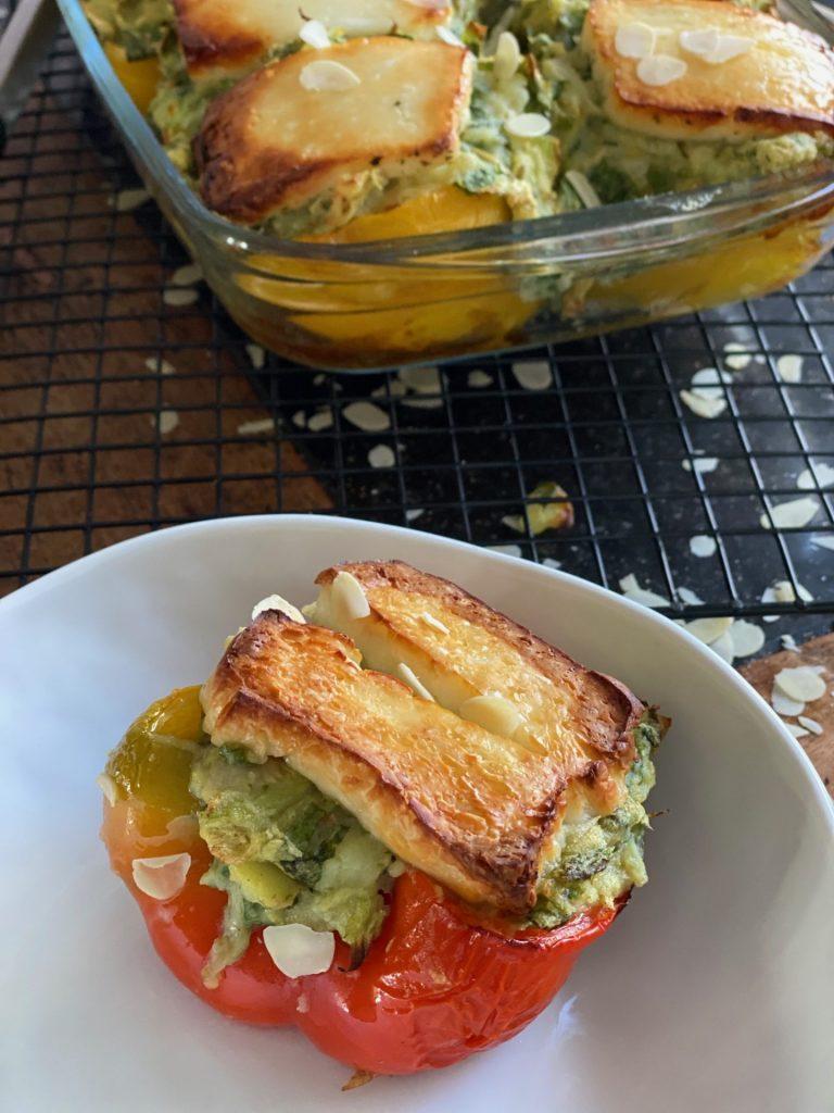 Stamppot andijvie ovenschotel met gevulde paprika en gegrilde halloumi - Recept van Foodblog Foodinista