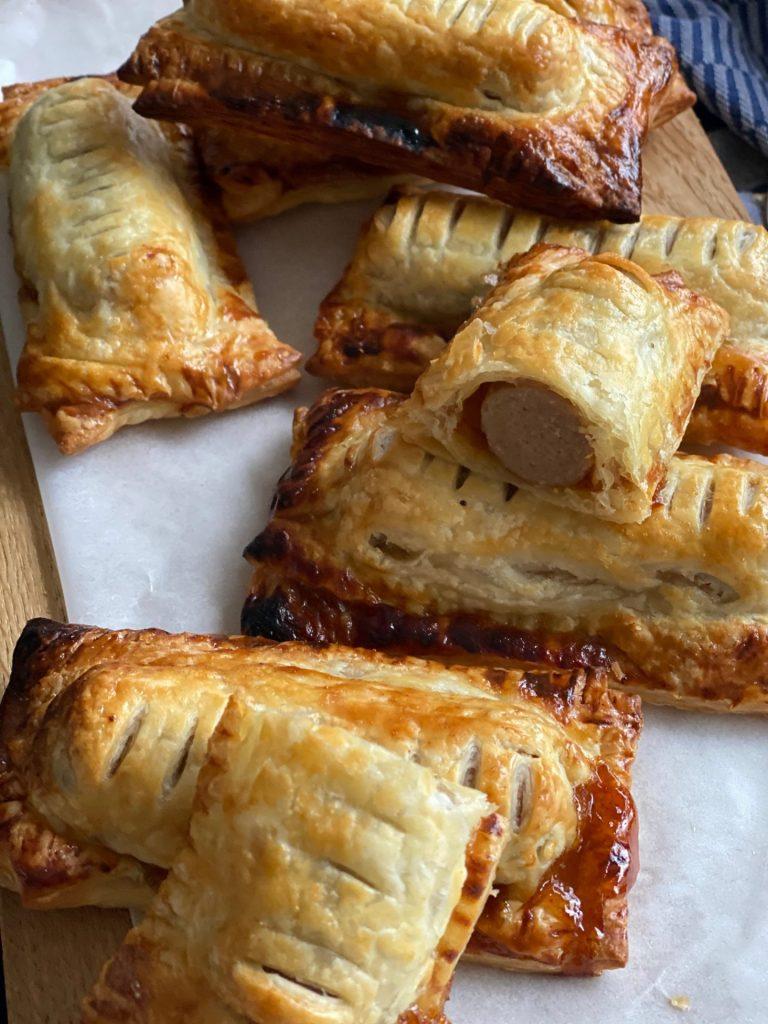 Bladerdeegbroodjes met frikadel zelf maken - Frikadelbroodjes recept van Foodinista