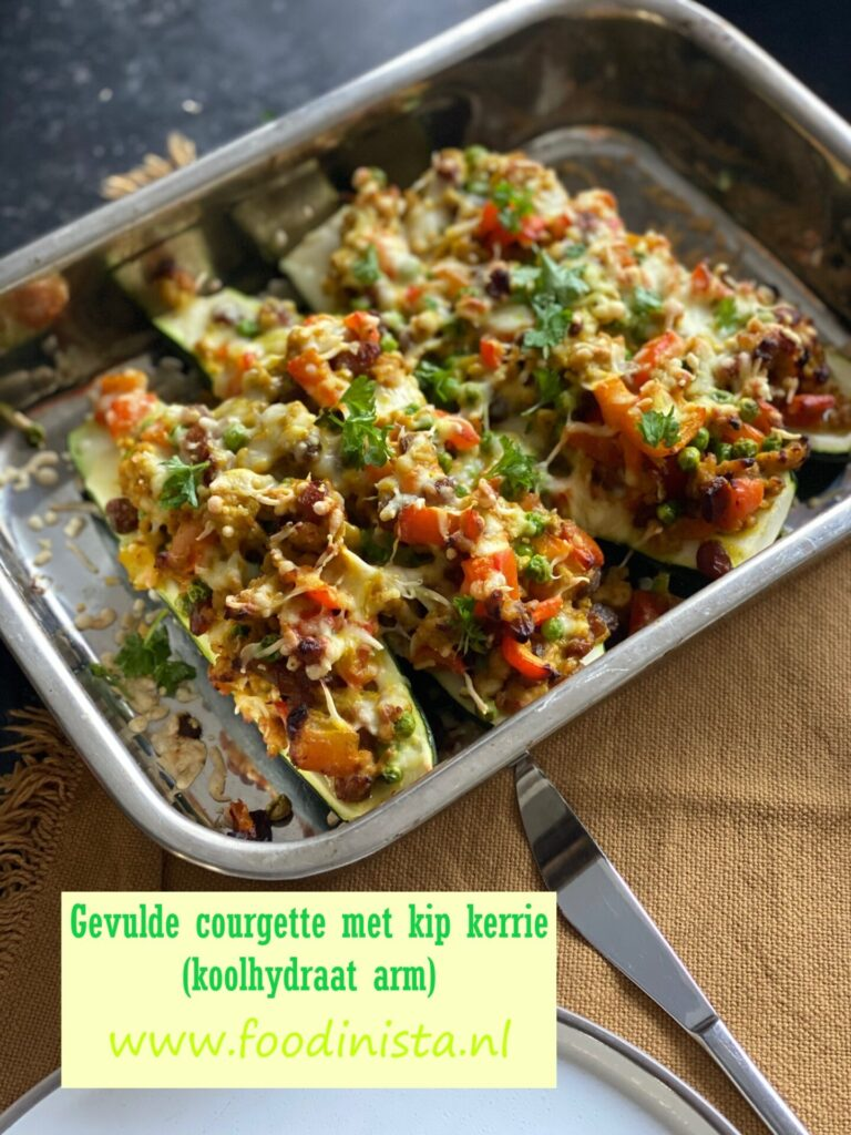 Gevulde courgette met kipgehakt en kerriesaus  - Koolhydraat arm recept - Foodblog Foodinistaevulde courgette met kipgehakt en kerriesaus  - Koolhydraat arm recept - Foodblog Foodinista