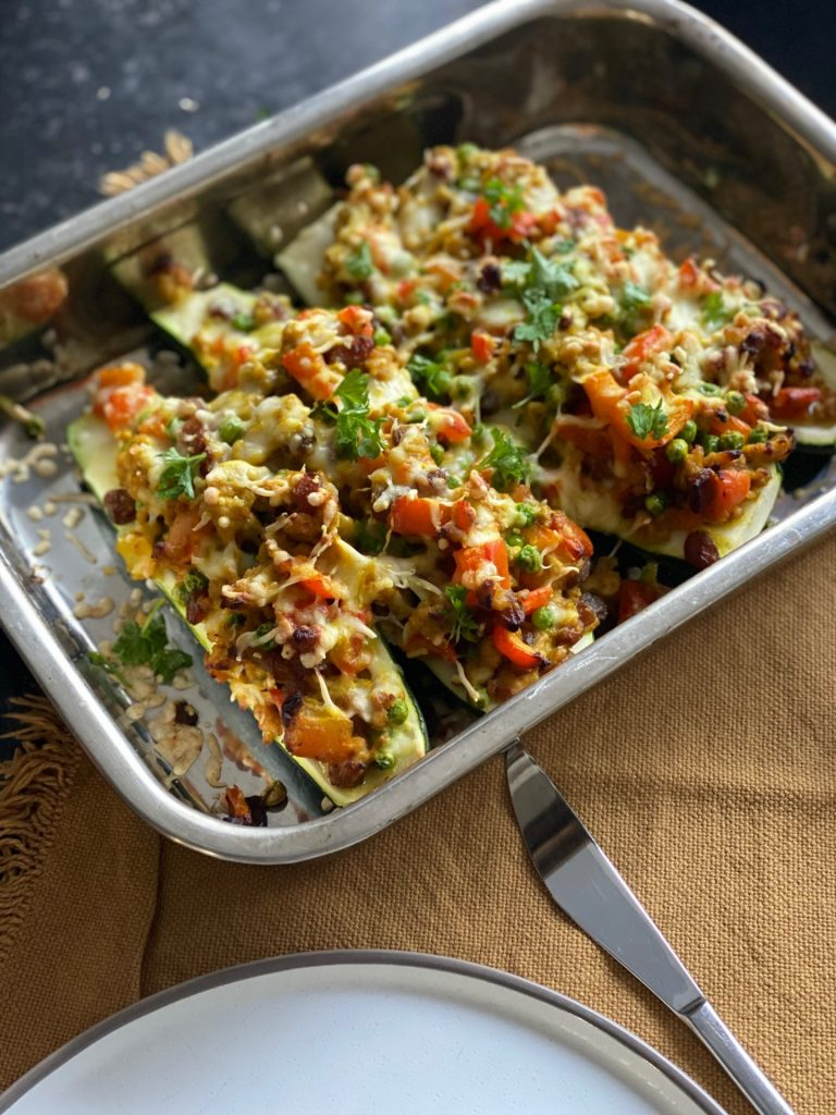 Gevulde courgette met kipgehakt in kerriesaus - Recept van Foodinista