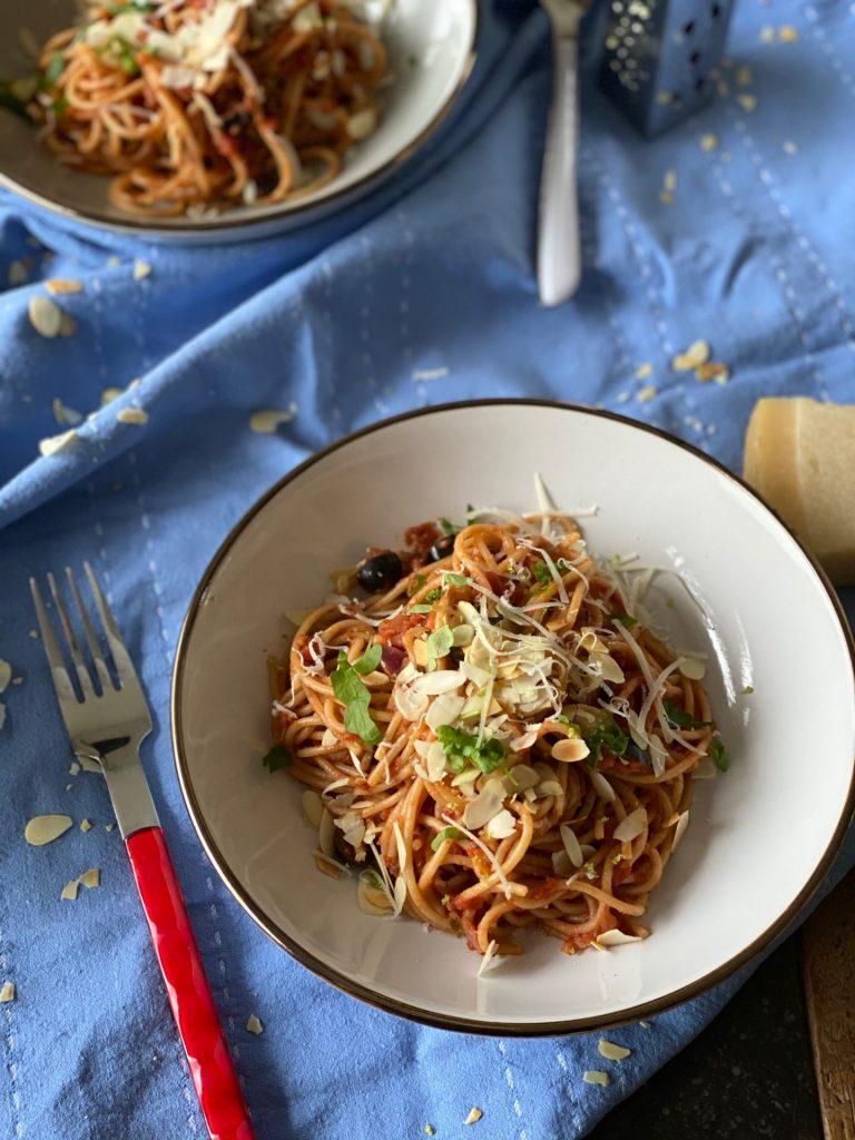 Spaghetti Puttanesca - Pasta recepten - Foodblog Foodinista