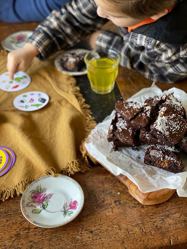 Bounty Brownies + Spelletje Dobble spelen in het weekend - tips voor leuke spelletje - Foodblog FOodinista