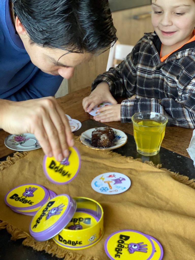 Spelletje Dobble spelen in het weekend - tips voor leuke spelletje - Foodblog FOodinista
