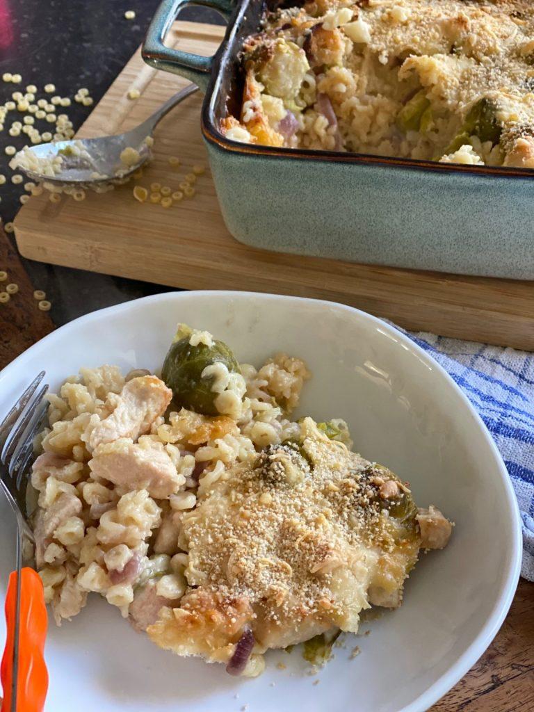 Pasta ovenschotel met spruitjes en kip in kaassaus - Recept van Foodblog Foodinista